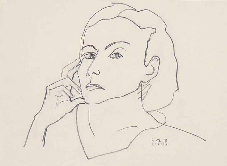 Tegnet portræt af en kvinde, som eftertænksomt ser på beskueren. Højre hånd hviler let mod kinden og forstærker det tænksomme udtryk.