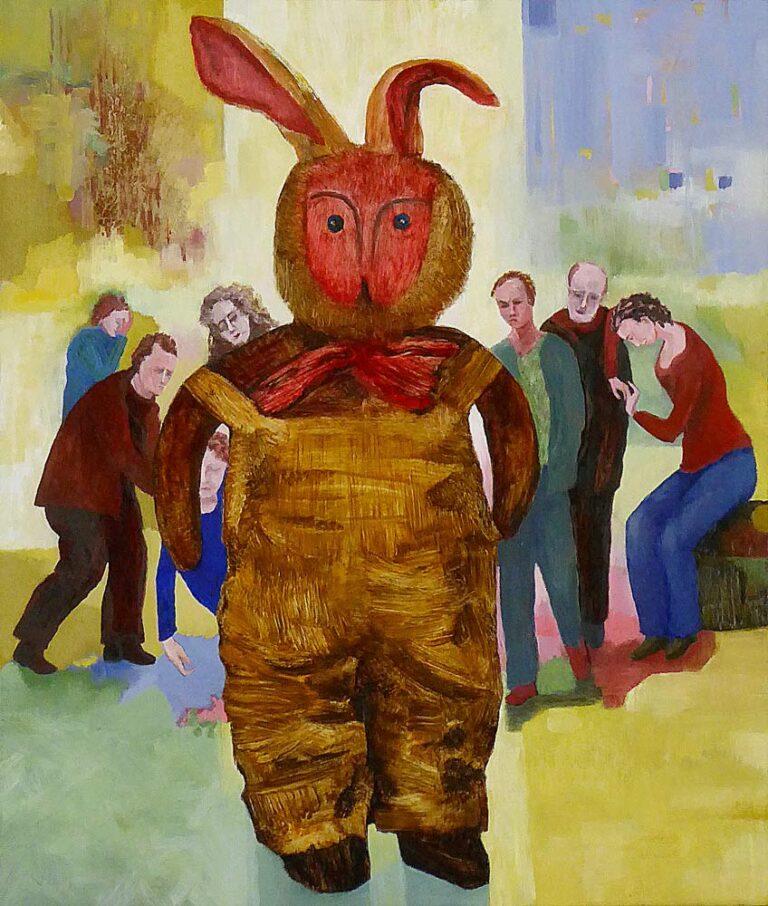 Billedet viser en bamse i overstørrelse, fremme i sceneriet. Den ser uforstående på beskueren. Bag bamsen er en gruppe mennesker. Der er sket et og andet, en kvinde hjælpes op efter en besvimelse. Personerne er triste og tænksomme.